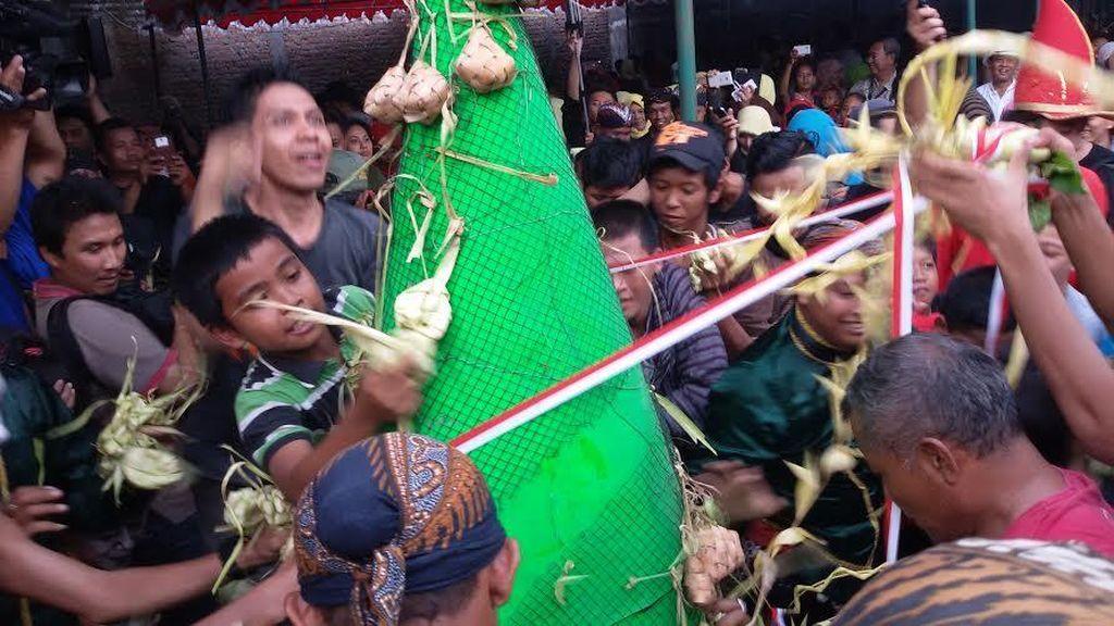 Tradisi Bakdo Kupat, Warga Yogya Berebut Ketupat Berisi Uang