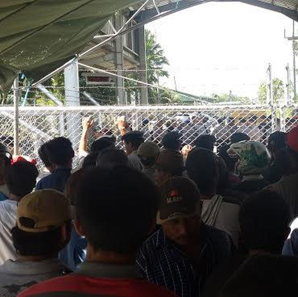 Ratusan Warga Tagih Dana Kompensasi di Depan Kantor JOB PPEJ Tuban
