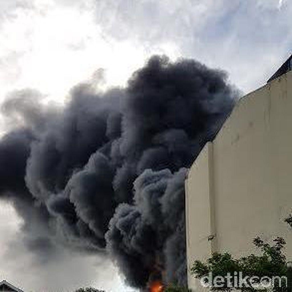 Cafe Glass Terbakar, Asap Hitam Tebal Membumbung Tinggi
