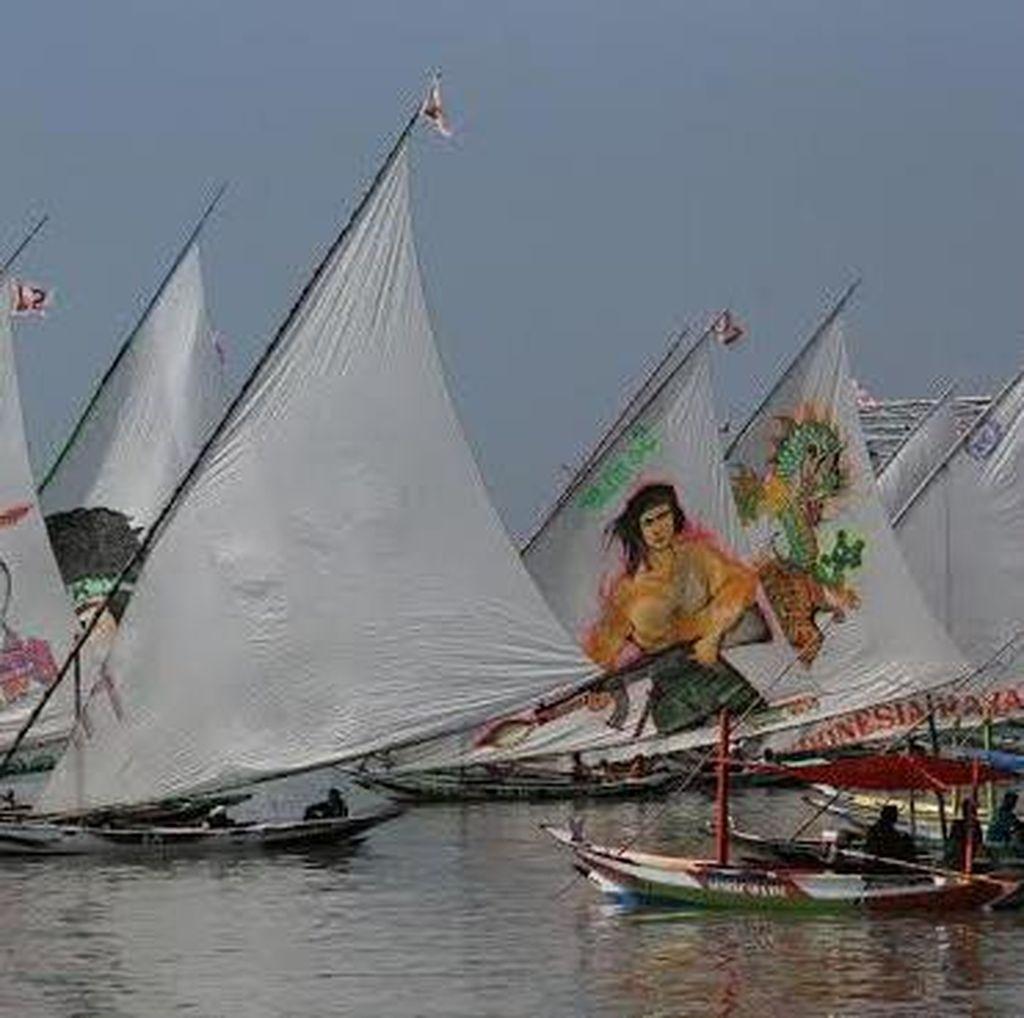 Meriahnya Lomba Perahu Layar di Pesisir Bulak Surabaya