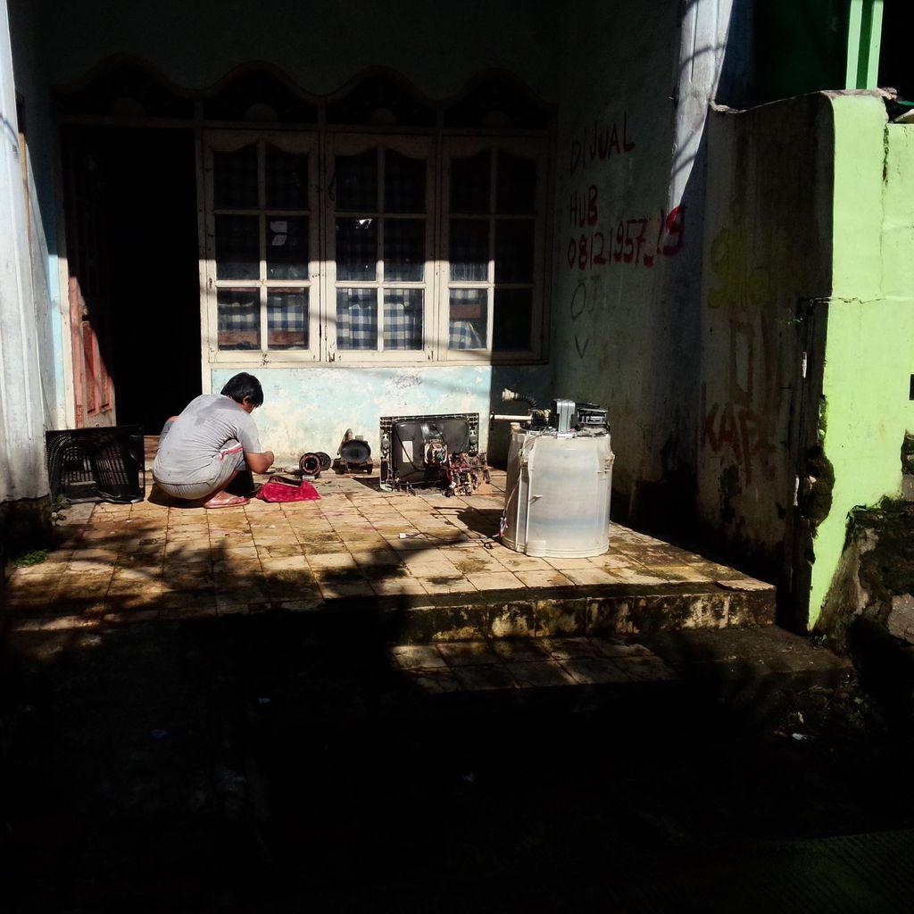 Banjir di Ulujami Jaksel Surut, Warga Jemur Kasur dan Barang Elektronik