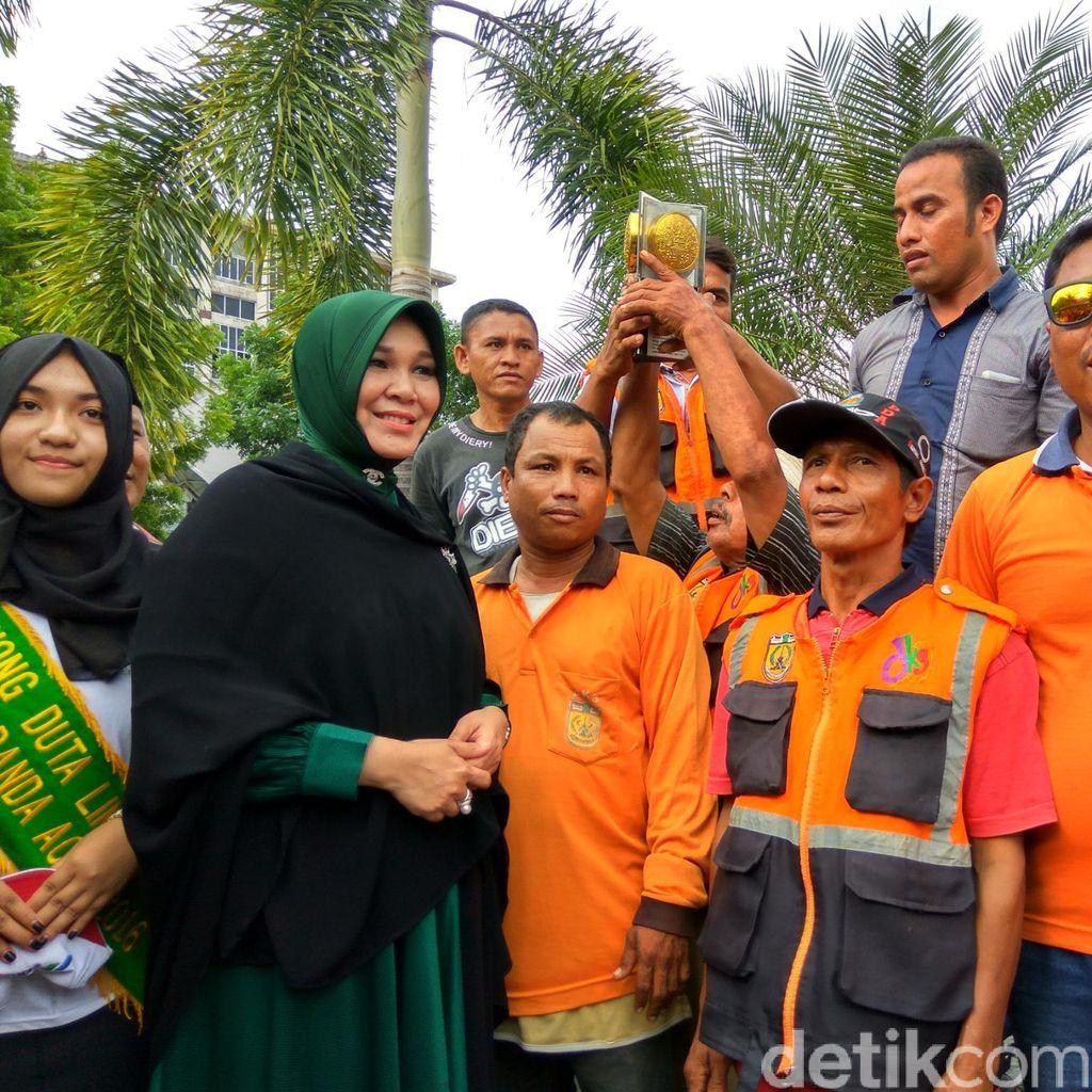 Walikota Banda Aceh Ajak Petugas Kebersihan Arak Piala Adipura