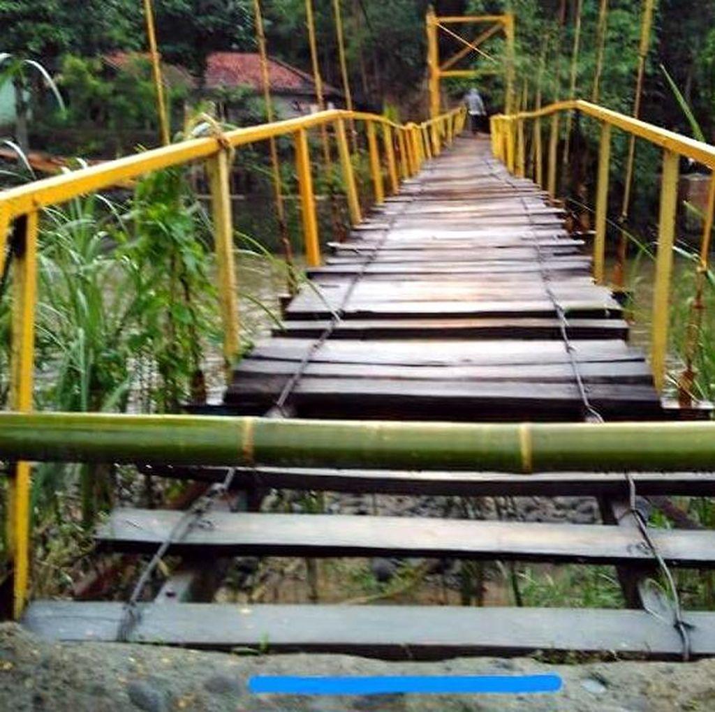 Jembatan Nyaris Putus, Warga 2 Desa di Cianjur Seberangi Sungai Pakai Rakit