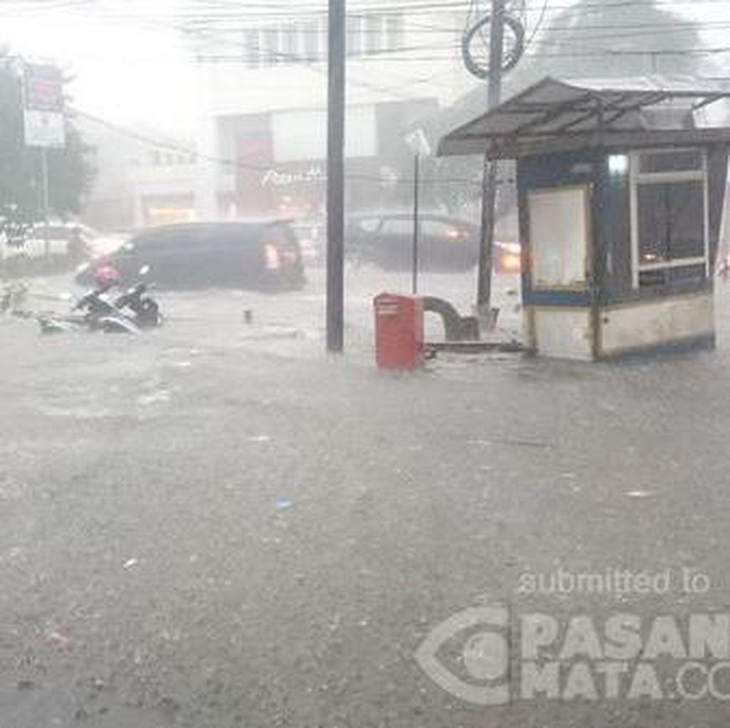 Hujan Deras, Muncul Banjir 50 Cm di Depan Mal Cinere