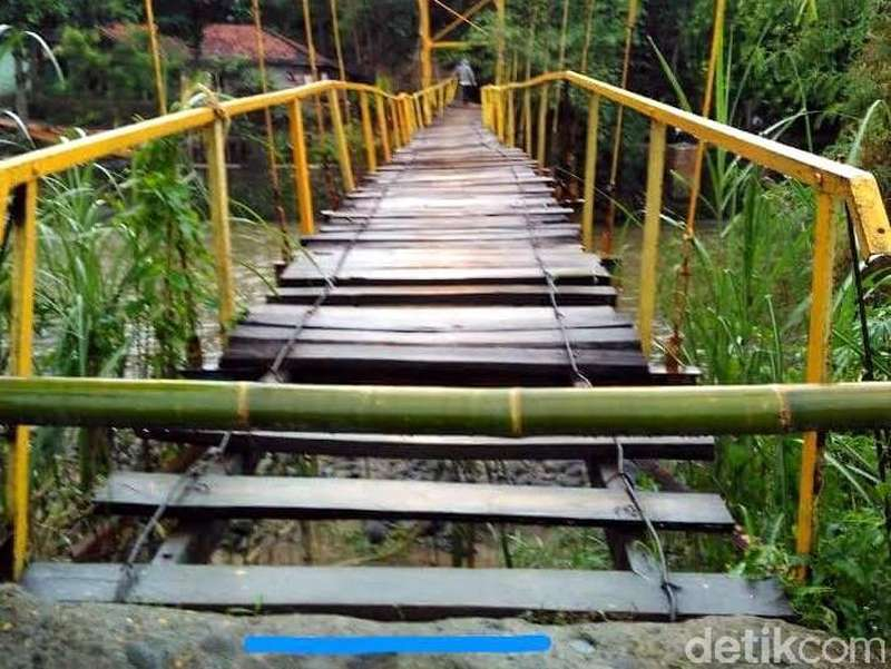 Derita Warga Cianjur, Menunggu Jembatan Rusak Diperbaiki dan Terpaksa Naik Rakit