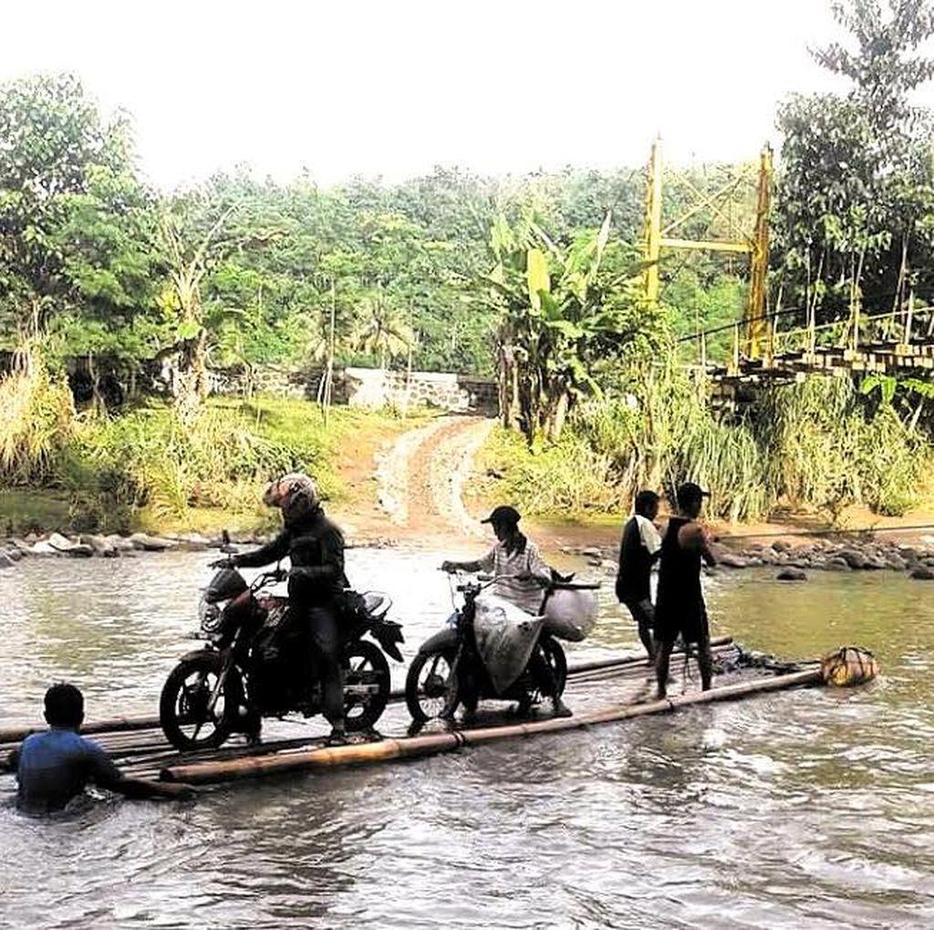 Warga Pakai Rakit karena Jembatan Putus di Cianjur, Binamarga Tunjuk Dinas Tata Ruang