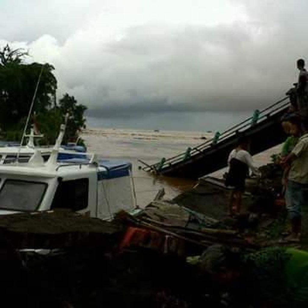 Jembatan Penghubung ke Pantai Carita Roboh Akibat Banjir Bandang