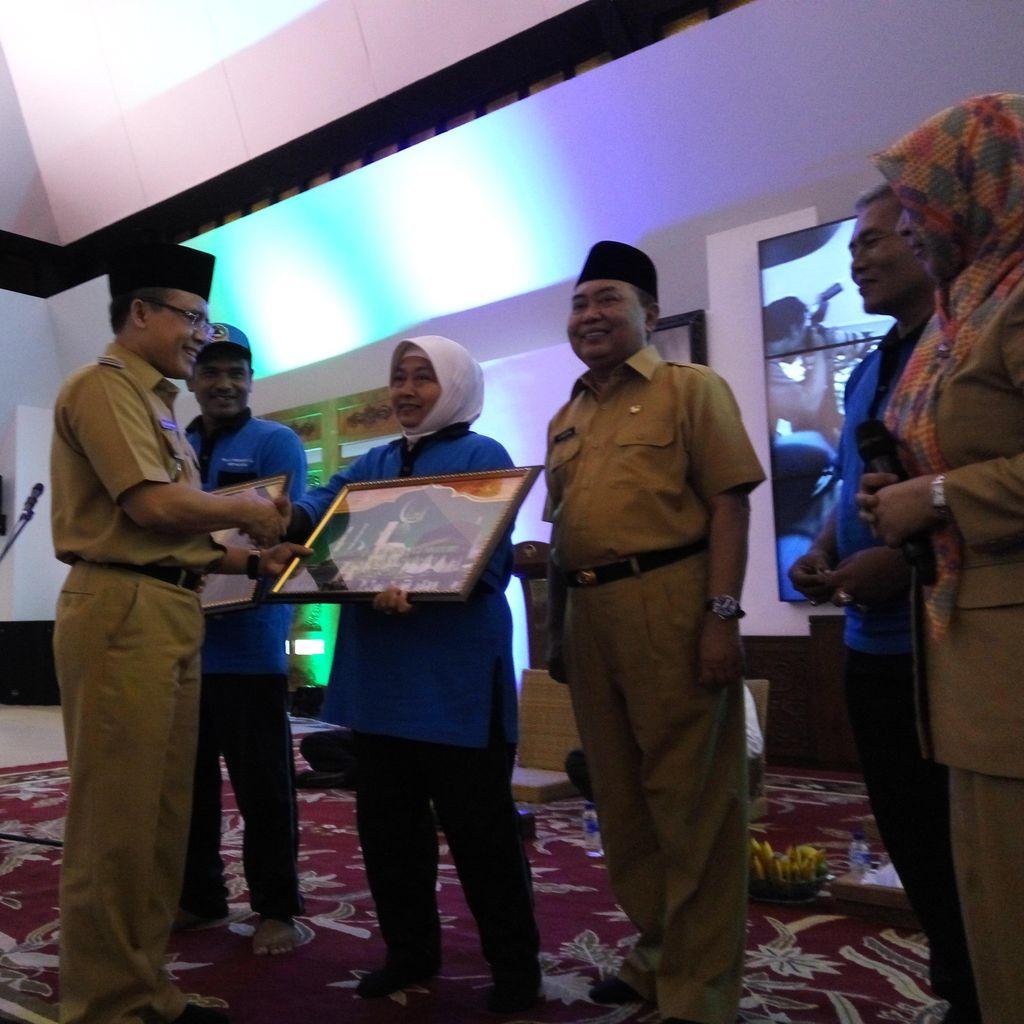 Piala Adipura, 2 Tukang Sapu di Banyuwangi Diberi Hadiah Umrah Gratis