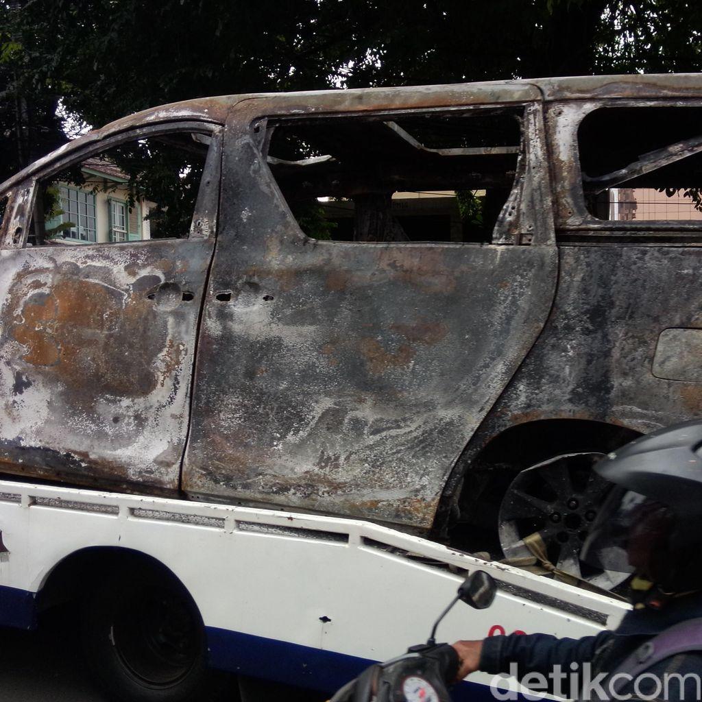Alphard Terbakar Saat Masuk Busway dan Tabrak Separator, Tak Ada Korban