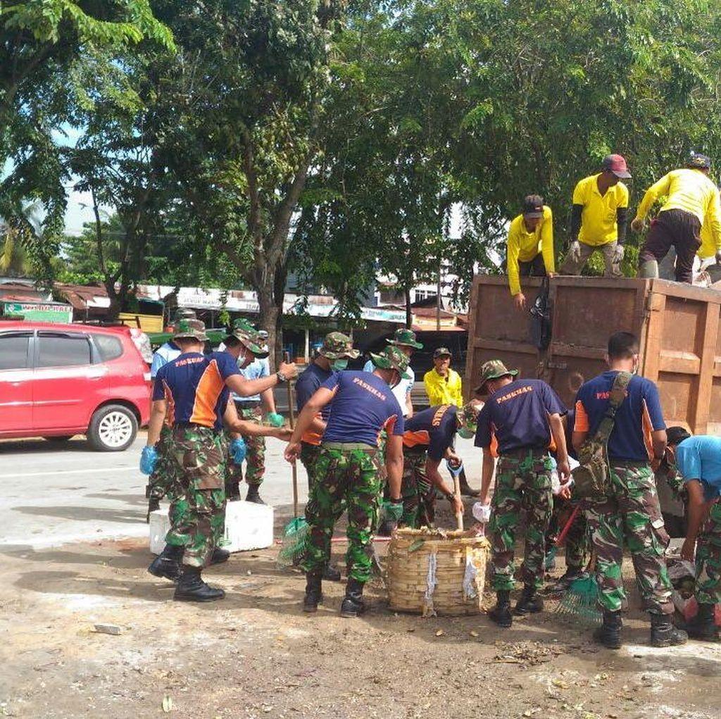Prajurit Lanud Roesmin Nurjadin Pekanbaru Bersih-bersih Sampah di Pasar