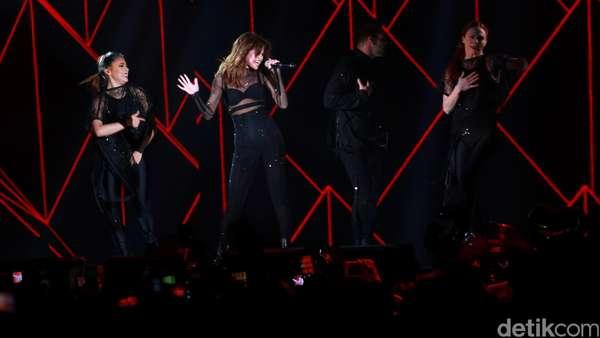 Aksi si Seksi Selena Gomez di Revival Tour Indonesia