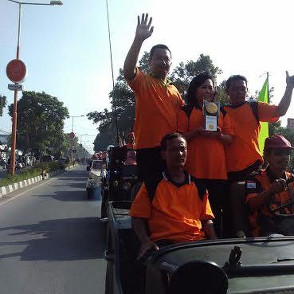 Ratusan Pasukan Kuning Kirab Adipura Kirana Keliling Kota Mojokerto