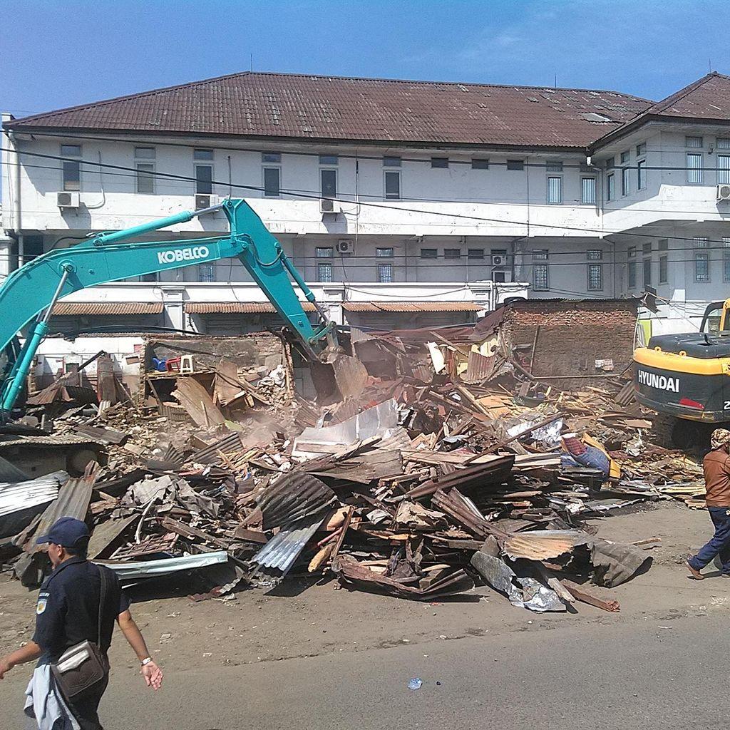 Pengambilalihan Aset, PT KAI Bandung Tertibkan Puluhan Bangunan Semi Permanen