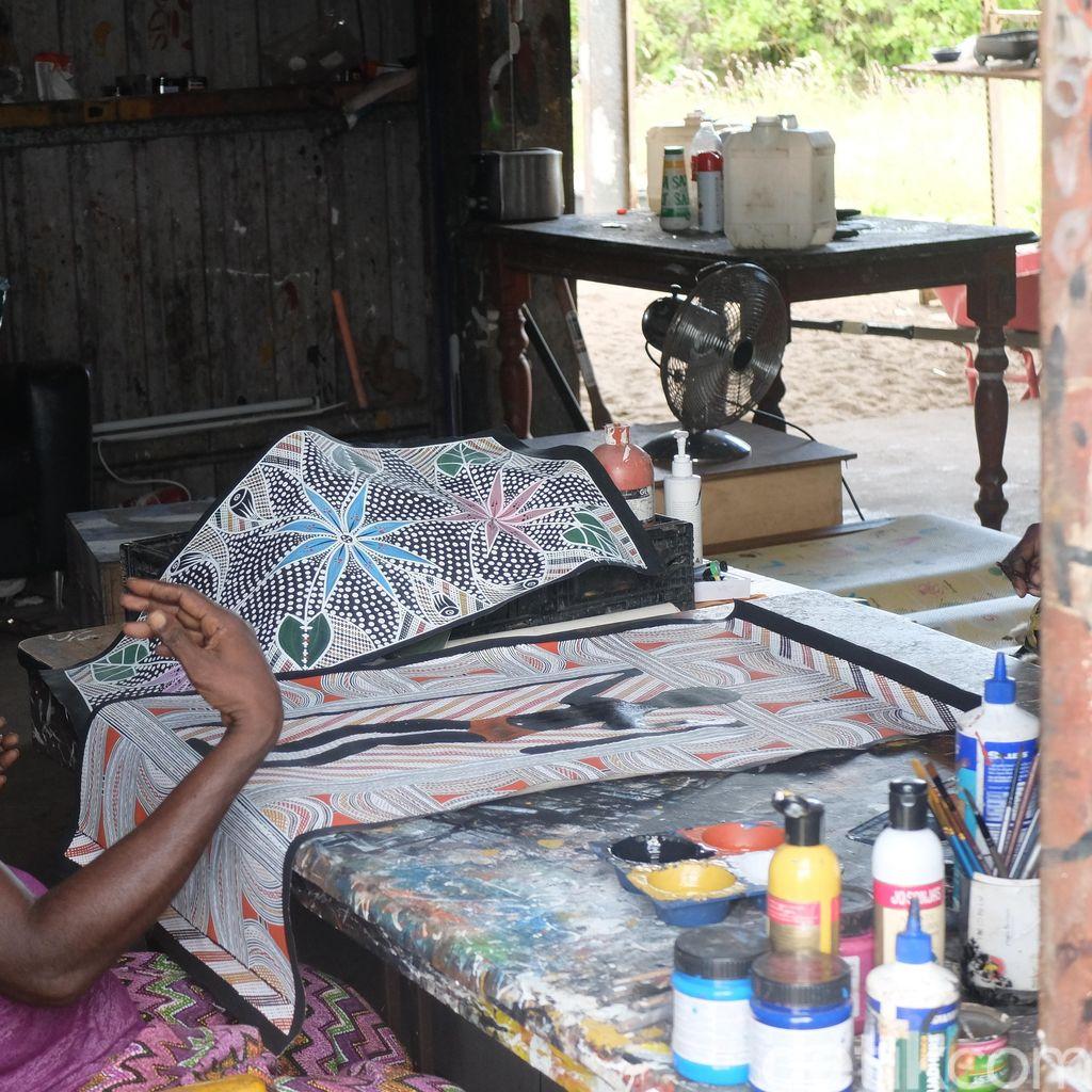 Suku Yolngu Aborigin Hidup dengan Melukis dan Mengolah Bahan Alam
