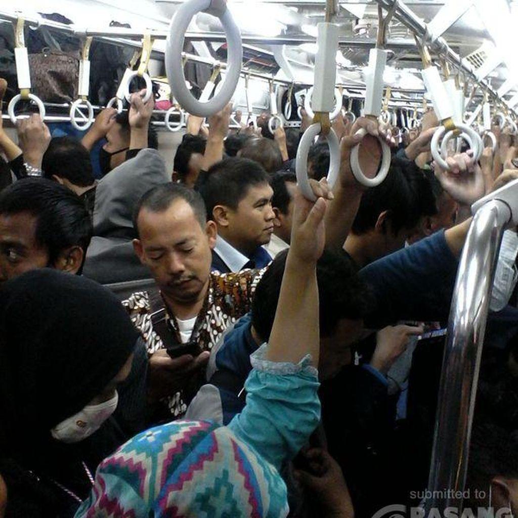 Commuter Line dari Arah Bogor Tertahan karena Rel Patah