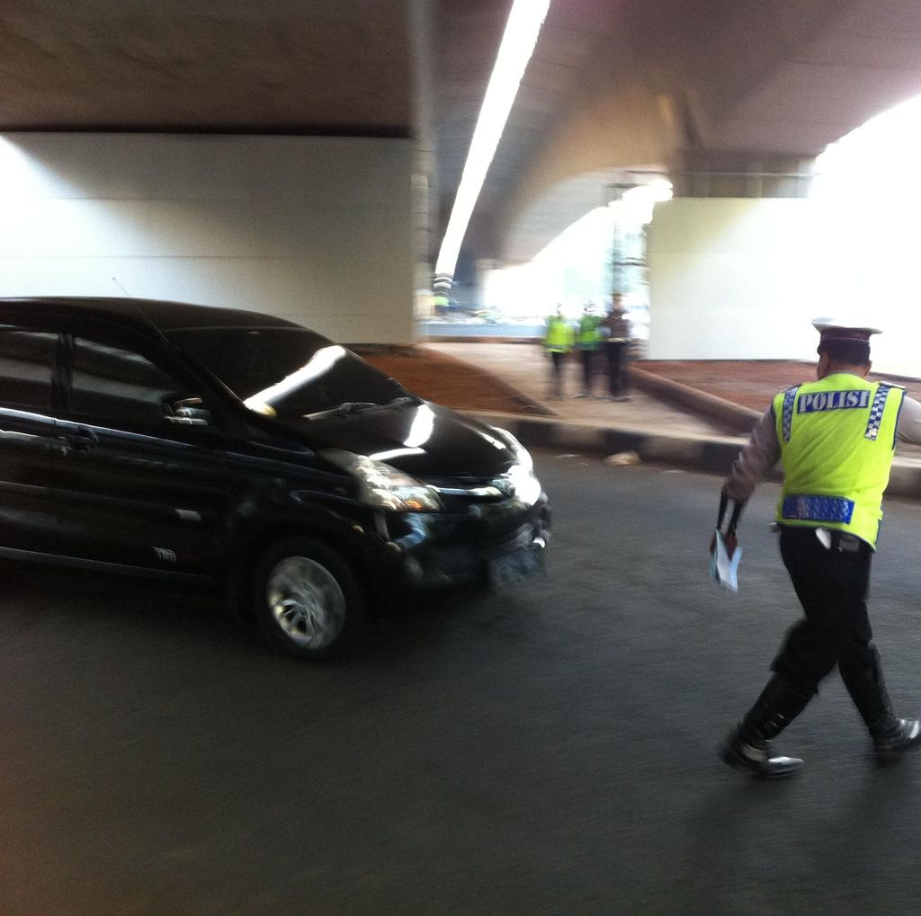 Pritt! Polisi Berhentikan Mobil Pelat Ganjil yang Melintas di Jl Gatot Subroto