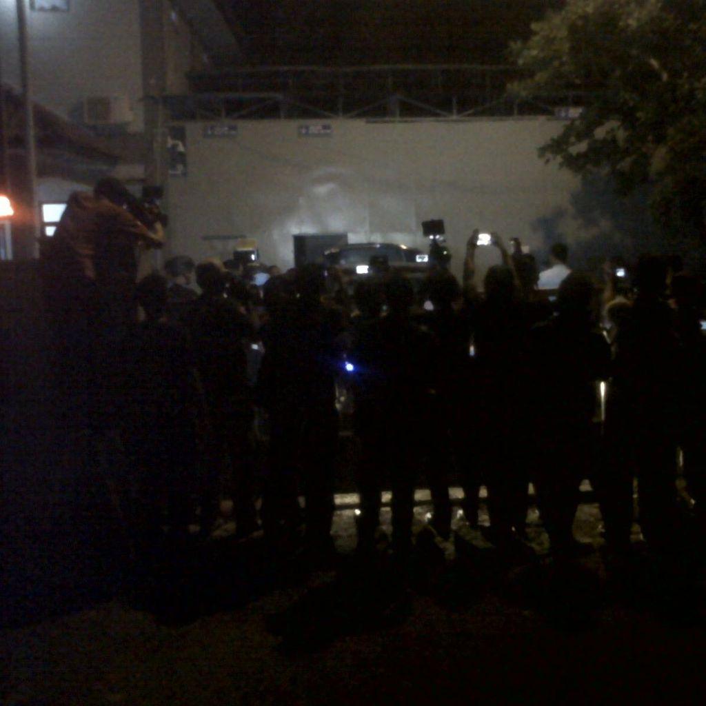 Warga Berkumpul di Dermaga Wijayapura, Penasaran Ingin Tahu Eksekusi Mati