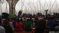 Lengkingan Suara Peni Candra Rini Hangatkan Suasana Jazz Gunung