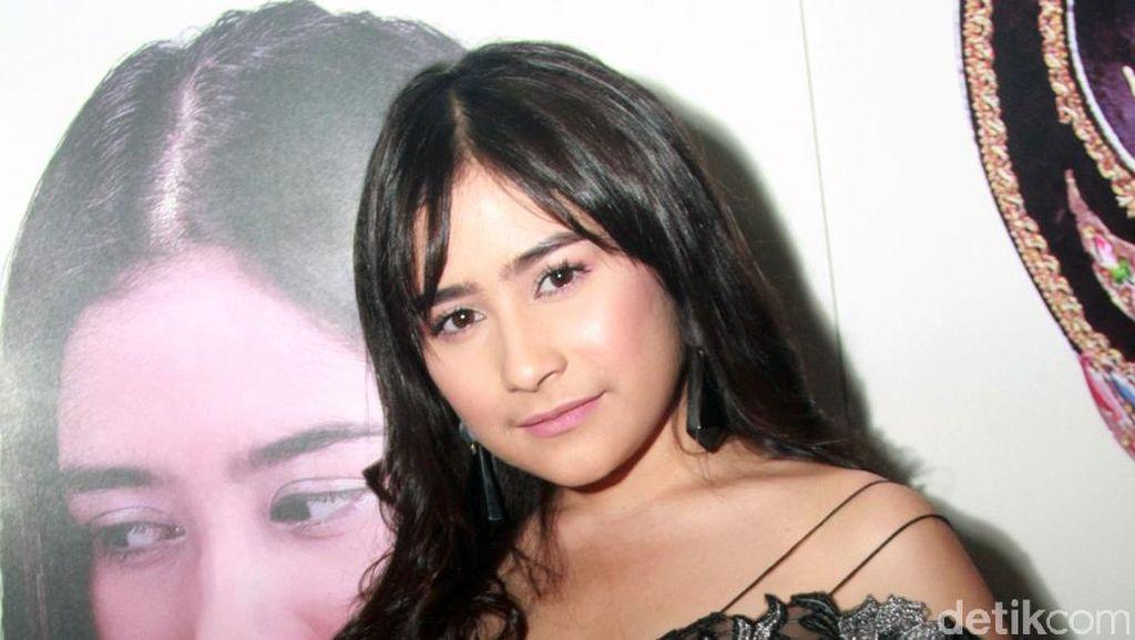 Prilly Latuconsina Tampil Dewasa dengan Gaun Menerawang