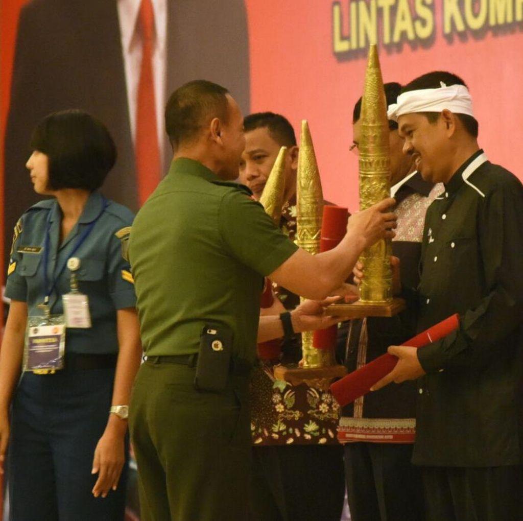 Bangun Jalan Bersama Prajurit, Bupati Dedi Raih Penghargaan dari TNI AD