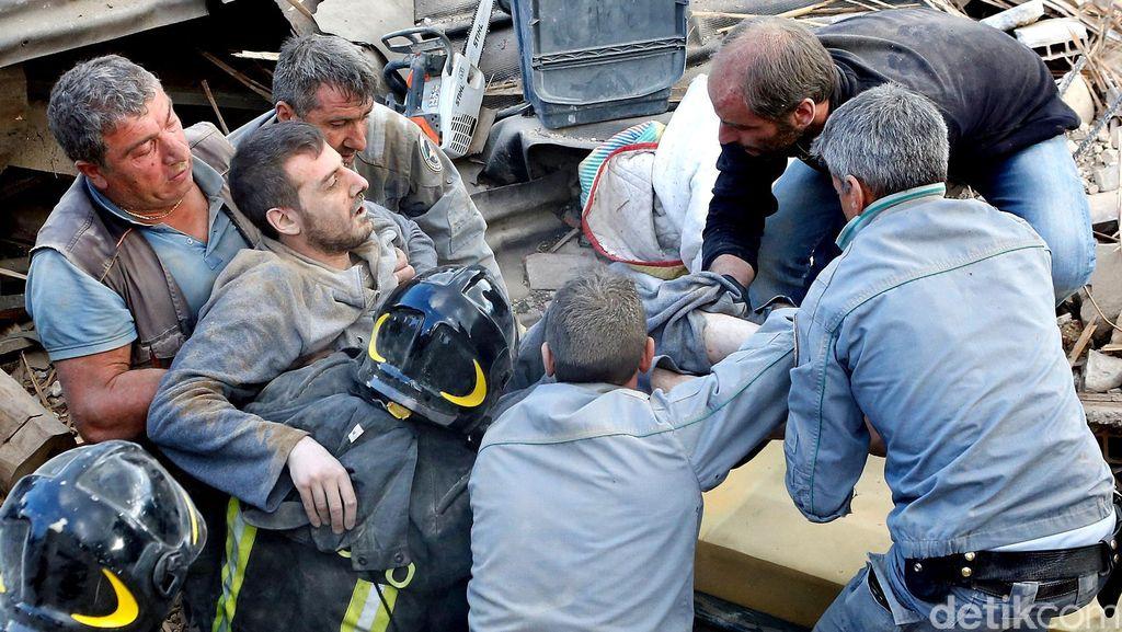 Evakuasi Korban Gempa di Italia