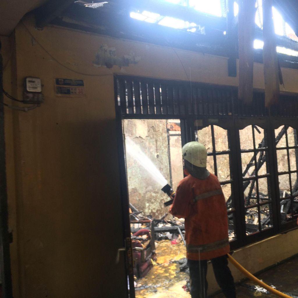 Dua Rumah di Komplek Kostrad Kebayoran Lama Habis Dilalap Api