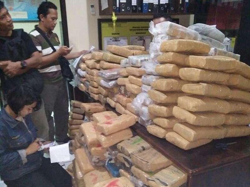 Polisi Bongkar Gudang Berisi 15 Karung Ganja di Bekasi