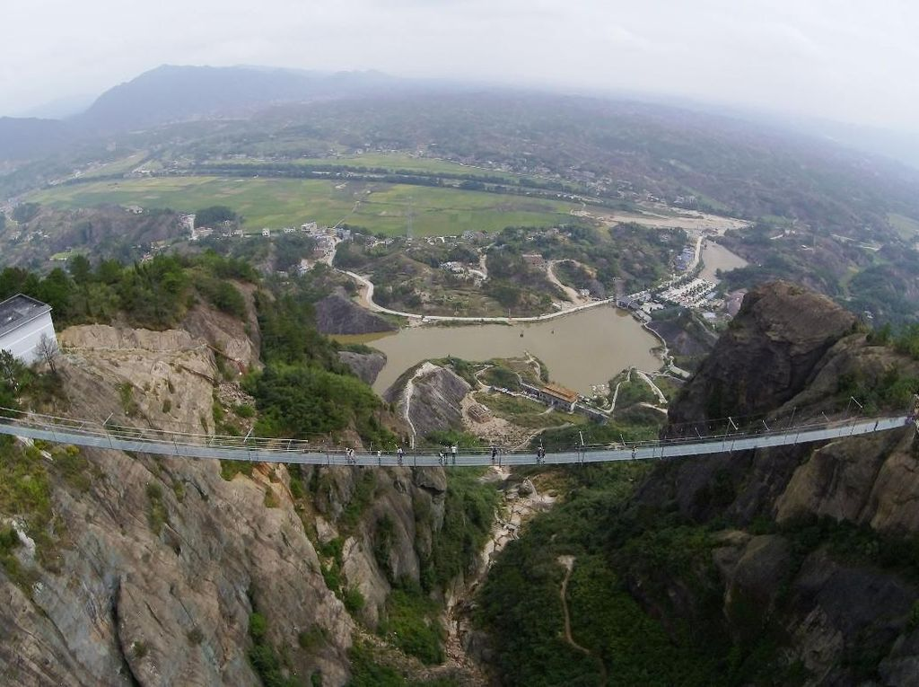 Selfie Merinding di Atas Jembatan Gantung dari Kaca