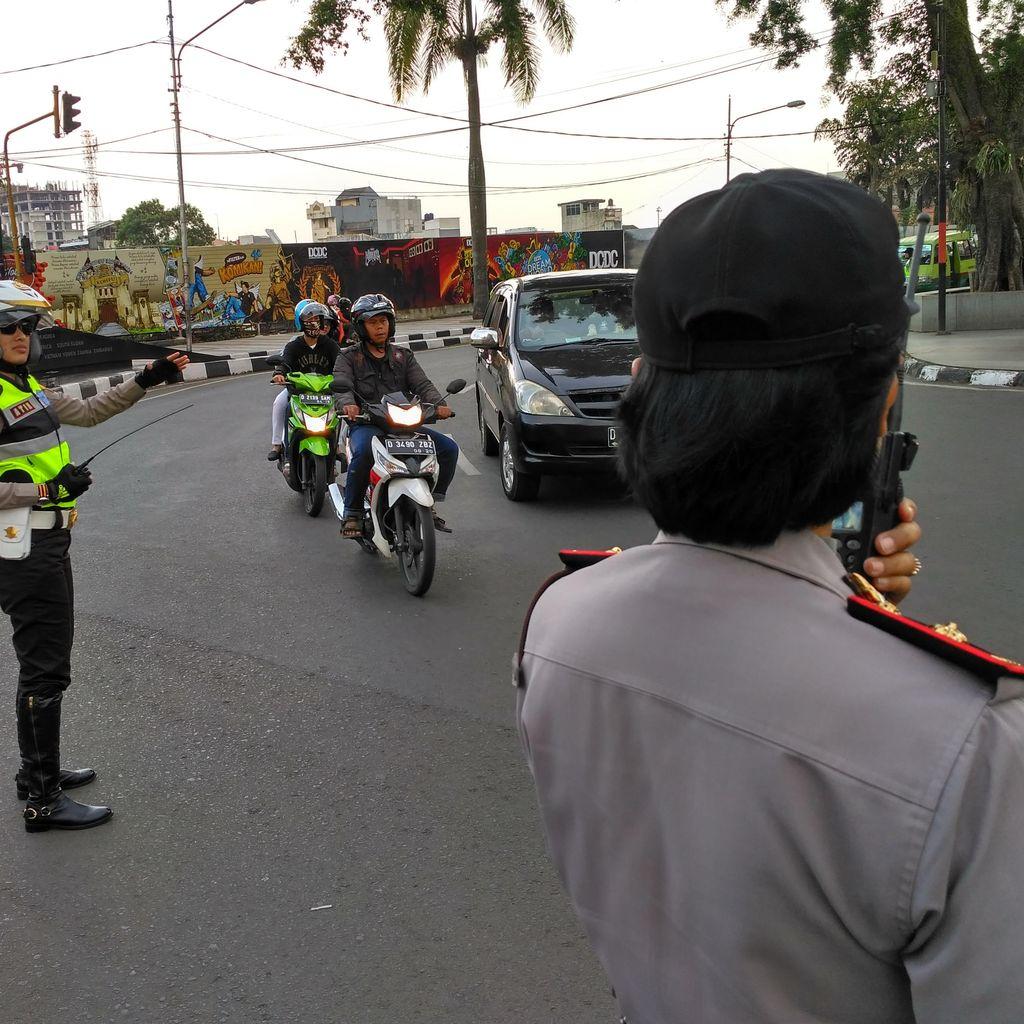 Polwan di Kota Bandung Serempak Turun ke Jalan Atur Lalin