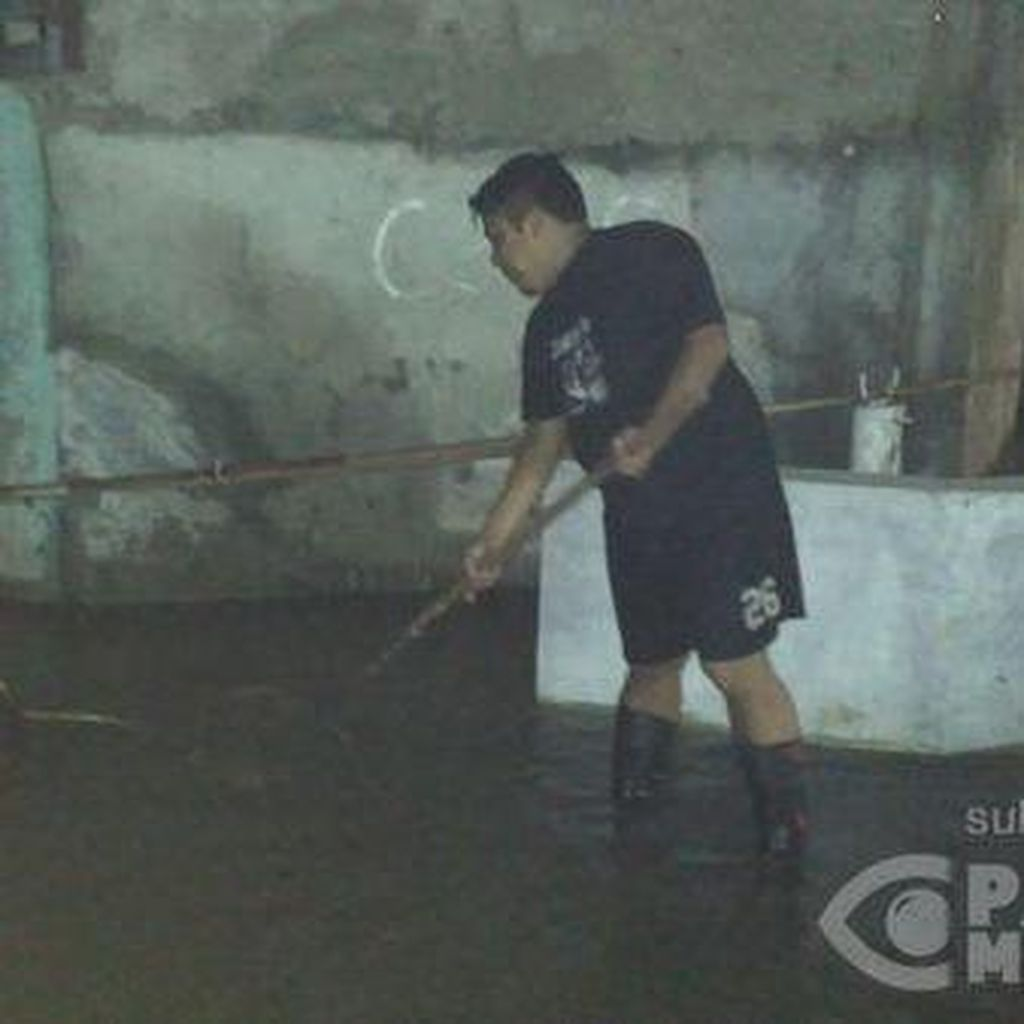 Banjir 1 Meter di Kebagusan, Warga Pilih Memancing dan Menyerok Ikan