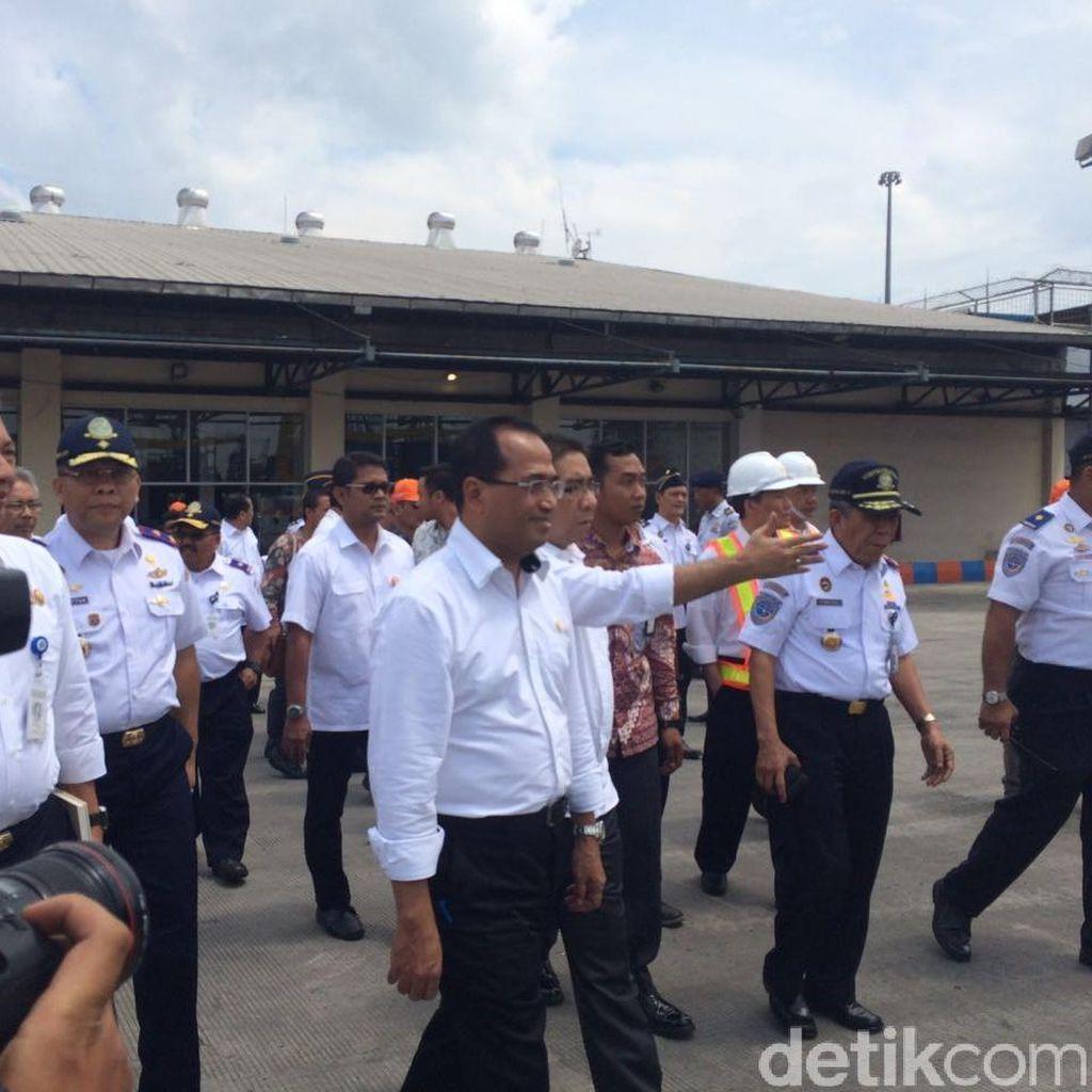 Naik Boat, Menhub Budi Karya Kelilingi Pelabuhan New Priok