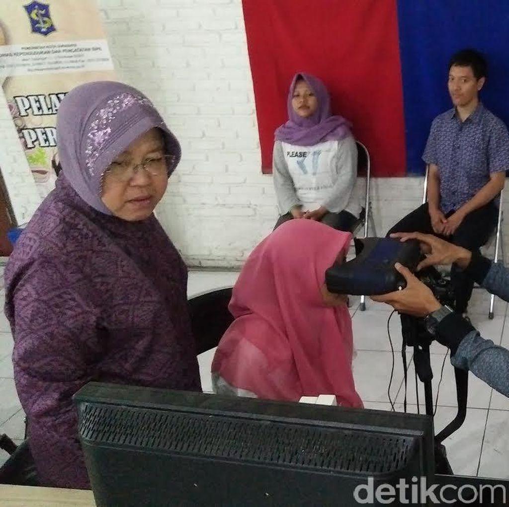 Wali Kota Surabaya Risma Turun Langsung Bantu Urai Antrean Warga yang Buat e-KTP