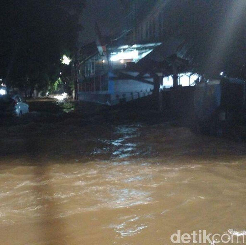 Luapan Kali Krukut Meluber Hingga Jl Wolter Monginsidi, Lalin Macet