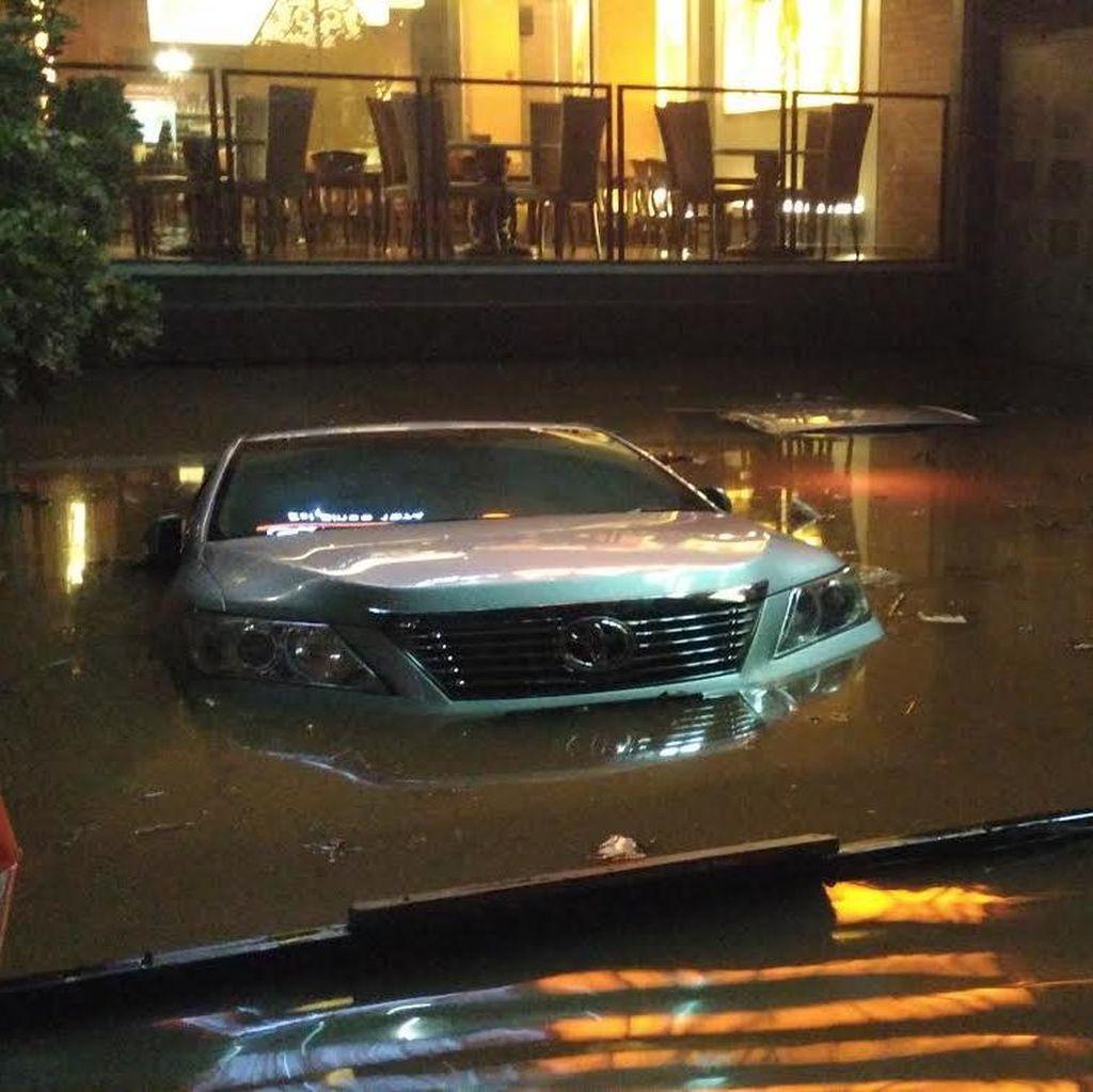 Banjir Bandang di Kemang Jaksel: Foto Mobil-mobil Terendam Air