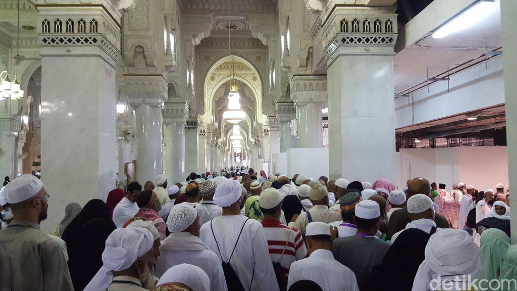 Waspadai Desak-desakan dan Dehidrasi Saat Salat Jumat di Masjidil Haram