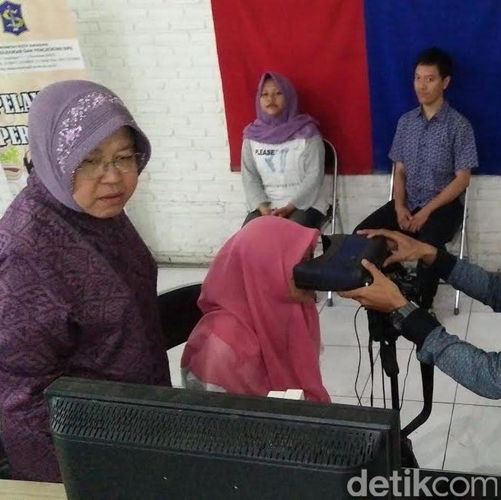 Akhir Pekan, Risma Bantu Warga yang Antre e-KTP di Gedung Siola