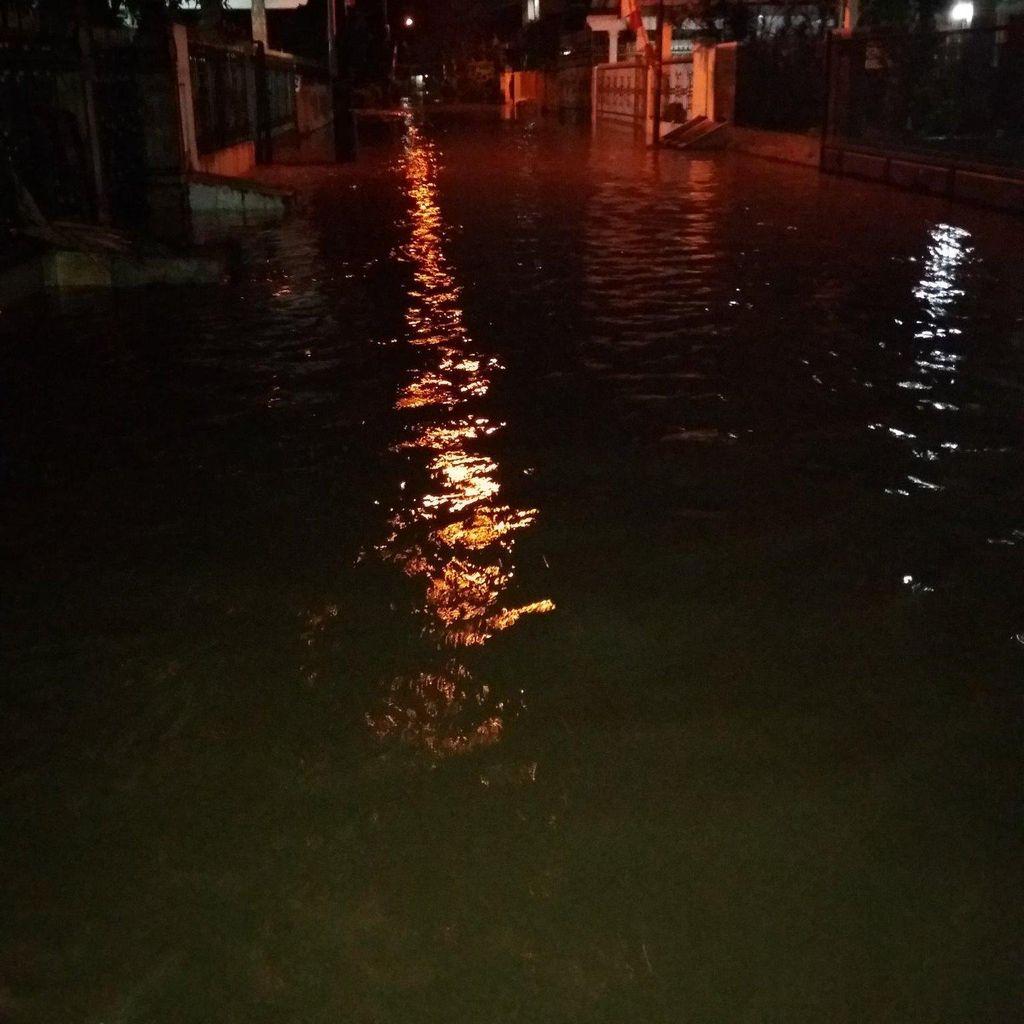 Banjir Selutut Orang Dewasa Landa Kramat Jati Jaktim