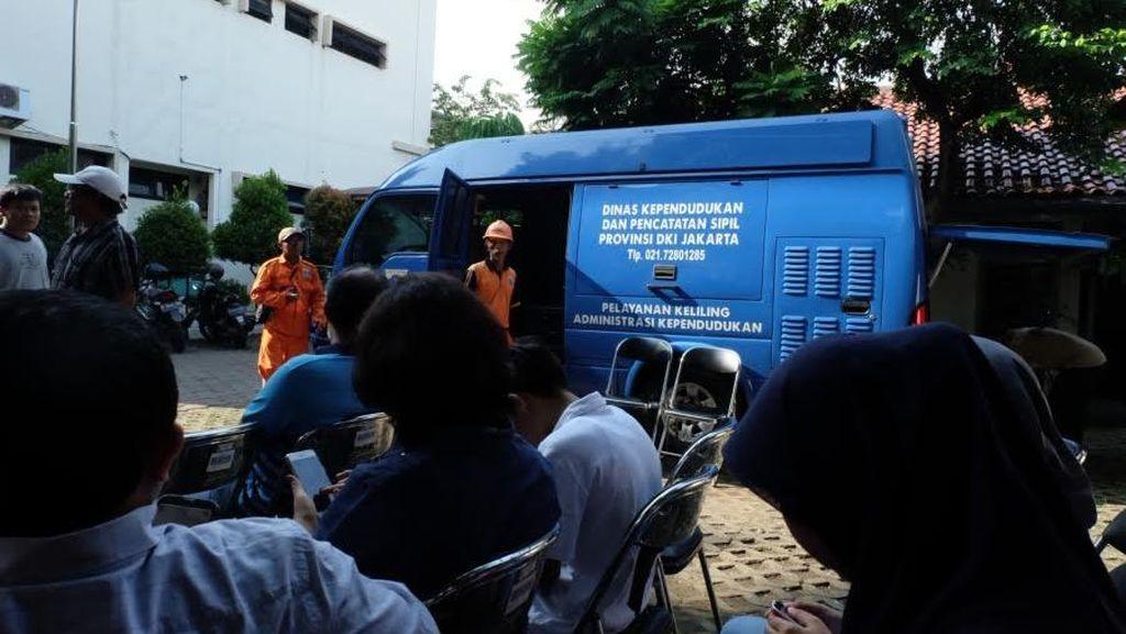 e-KTP Mobile Jemput Bola di Kelurahan Mampang, Warga Antre Mendaftar