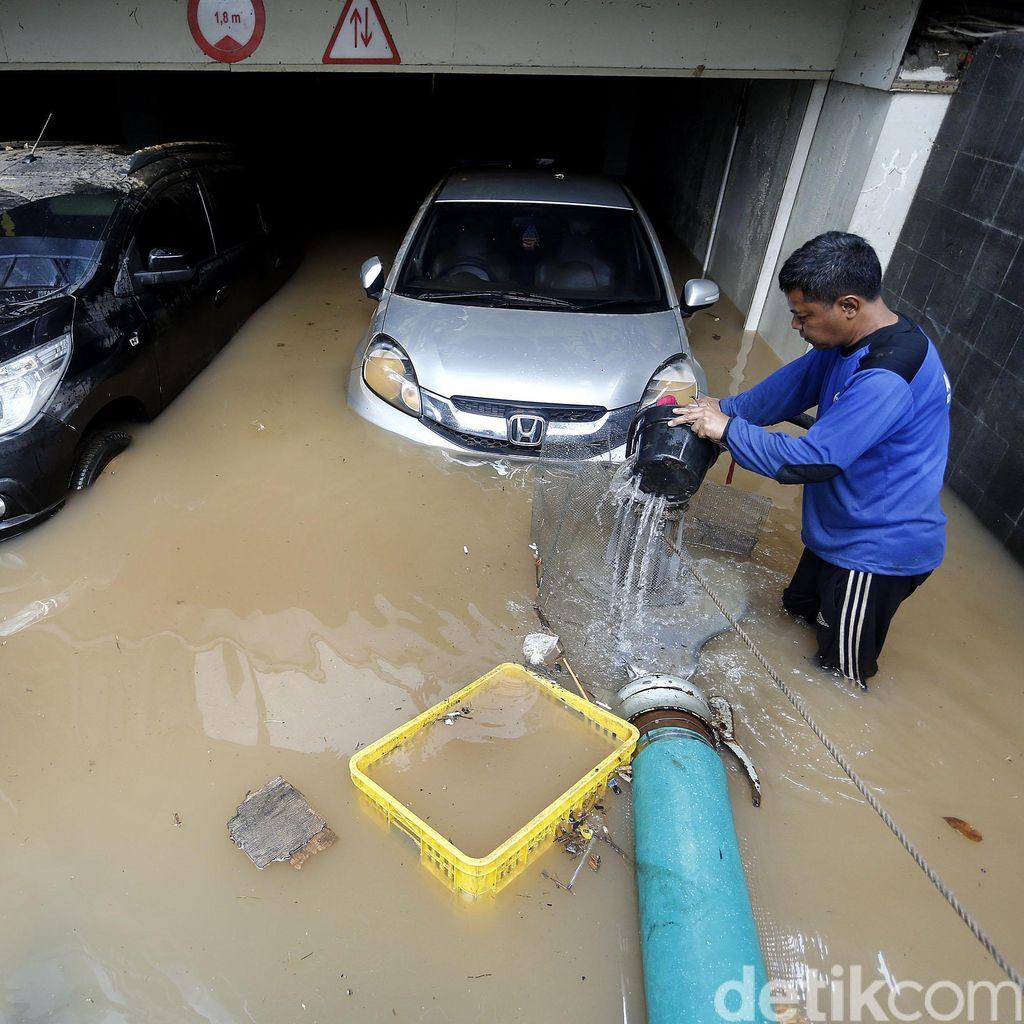 Tips Memeriksa Kondisi Mesin Mobil yang Terkena Banjir