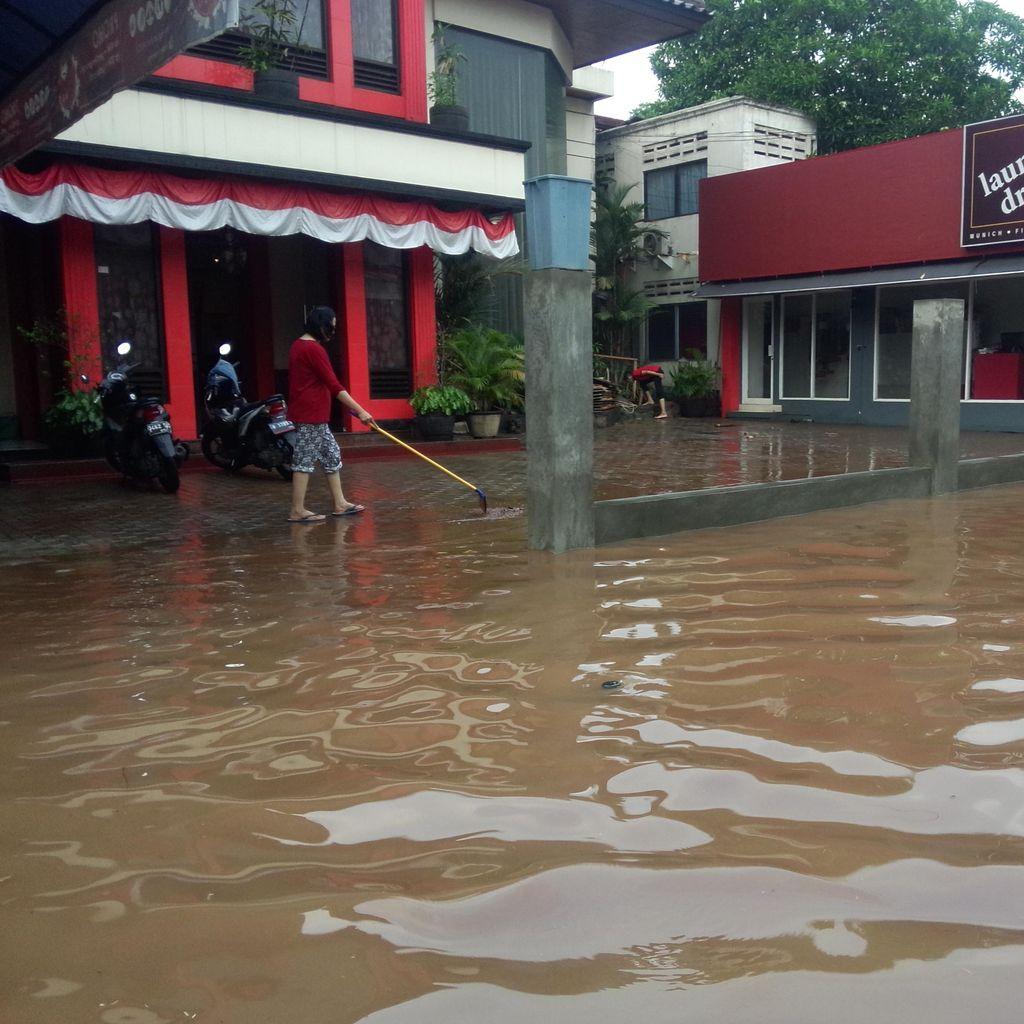 Banjir di Jalan Kemang Selatan 8 Surut, Warga Bersih-bersih