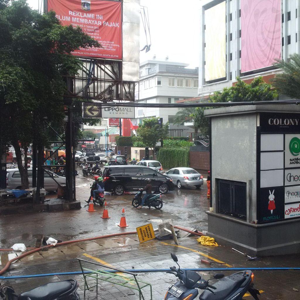 Hujan Deras Kembali Guyur Kemang, Penyedotan Air di Basement Tetap Lanjut