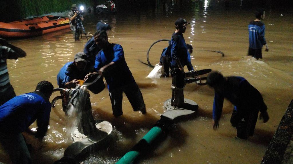 Petugas Kerahkan Pompa, Banjir di Kemang Jaksel Perlahan Surut