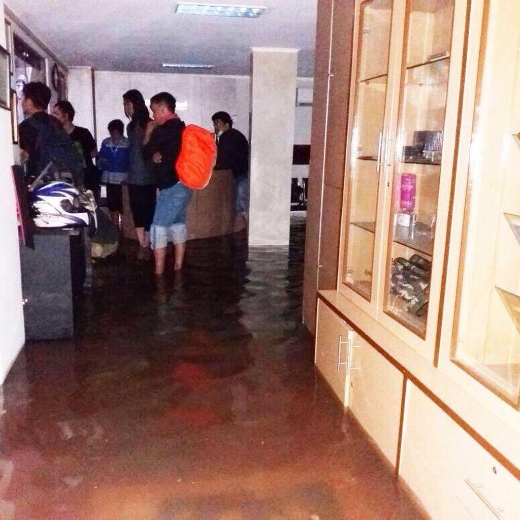 Kagetnya Dwiki Dharmawan Sekolah Musiknya di Jaksel Pertama Kali Kebanjiran