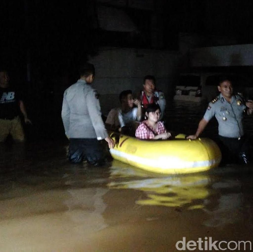 Wakapolda Metro: Warga Korban Banjir di Kemang yang Tak Ngungsi Disuplai Makanan