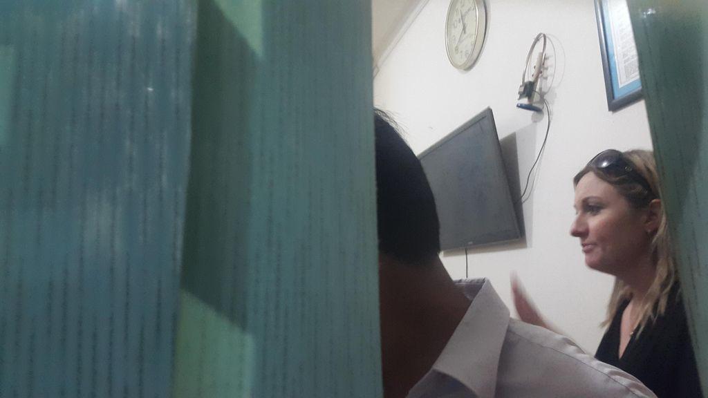 Tangis Penyesalan Sara saat Dikunjungi Mantan Suami di Tahanan Polisi