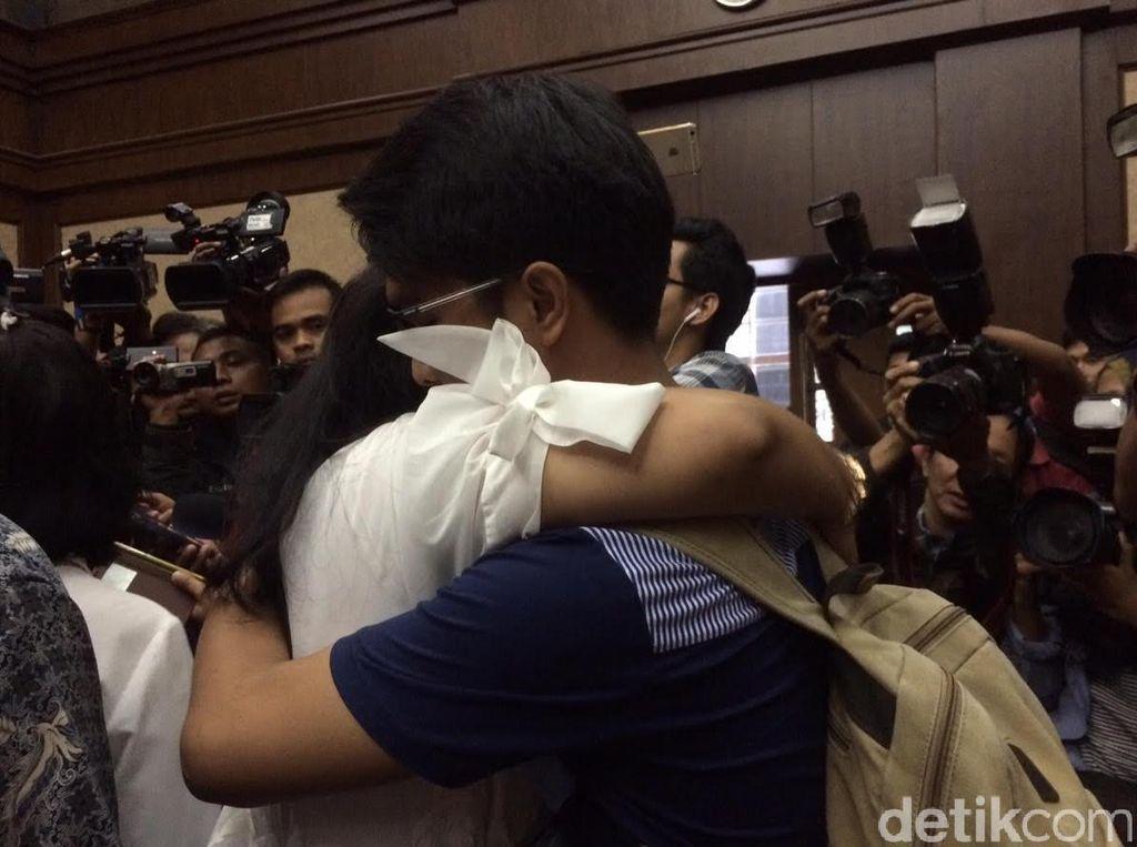 Dituntut 6 Tahun Penjara, Damayanti Menangis dan Peluk Kedua Anaknya