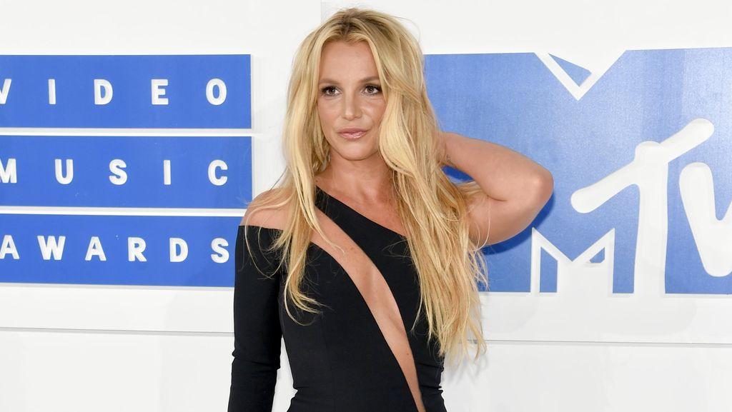 Cantiknya Britney Spears Bergaun Hitam di VMA 2016