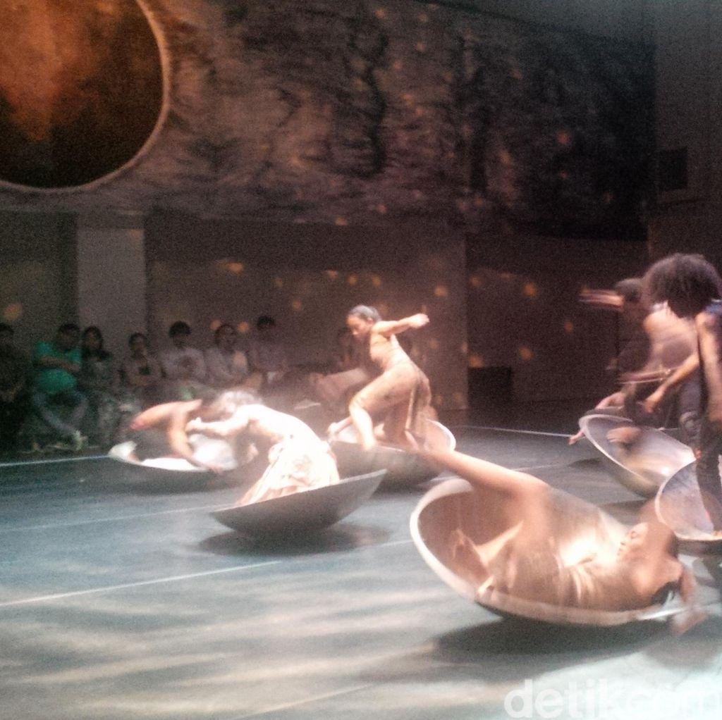 Pentas Black Sun Sardono W Kusumo: Tubuh-tubuh dan Wajan-wajan