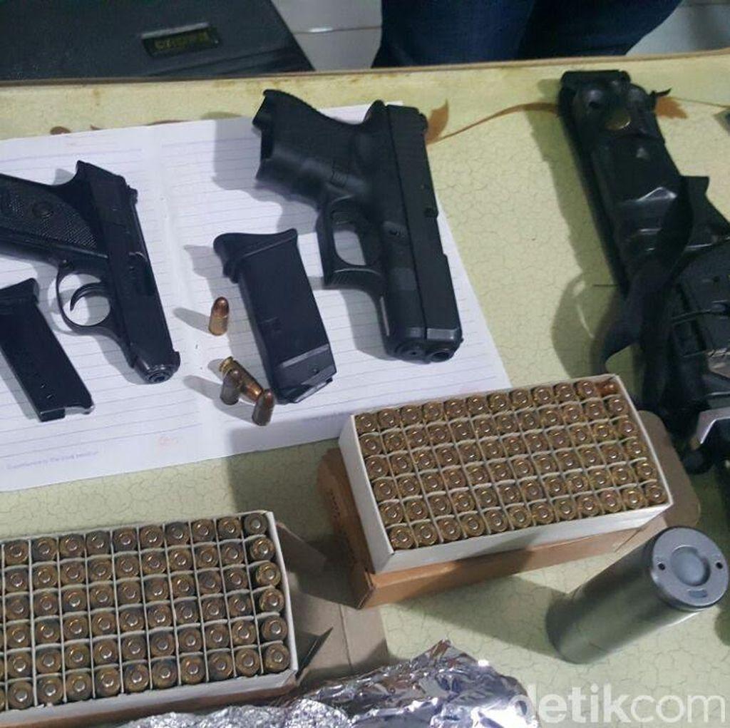 Foto Senpi dan Peluru yang Disita Polisi dari Rumah Aa Gatot Brajamusti