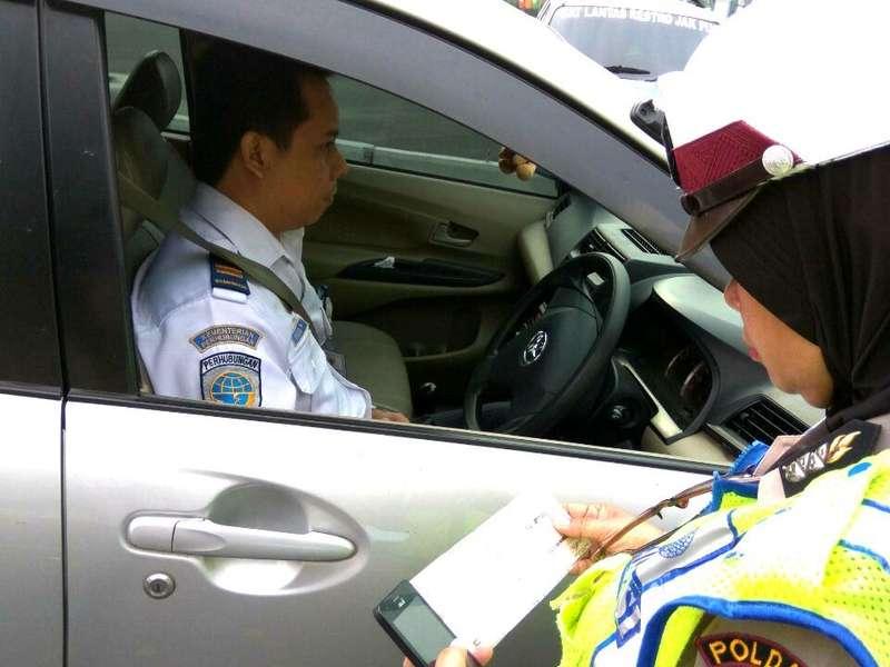 Langgar Ganjil Genap, Pegawai Kemenhub Ini Ditilang di Jl Medan Merdeka Barat